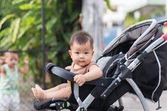Il bambino sta sedendosi sul trasporto da solo Fotografia Stock Libera da Diritti