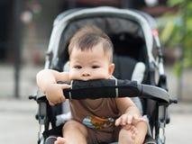 Il bambino sta sedendosi sul trasporto da solo fotografia stock