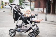 Il bambino sta sedendosi sul trasporto da solo fotografie stock libere da diritti