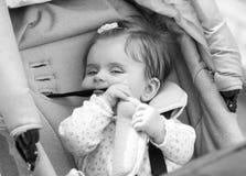 Il bambino sta sedendosi in un trasporto fotografie stock