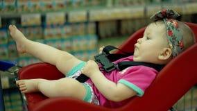 Il bambino sta sedendosi in una sedia specialmente fornita video d archivio
