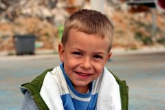 Il bambino sta sembrando diritto e sorridere Immagine Stock