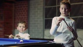 Il bambino sta sfregando l'indicazione Bambino che prepara colpire palla Pollice in su stock footage