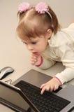 Il bambino sta studiando il calcolatore fotografia stock libera da diritti