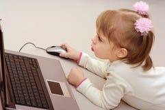 Il bambino sta studiando il calcolatore Immagini Stock Libere da Diritti