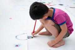 Il bambino sta verniciando fotografie stock libere da diritti