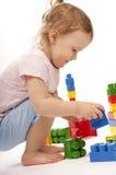 Il bambino in studiu sta giocando con i giocattoli fotografia stock
