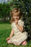 Il bambino su erba Immagini Stock