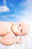 Il bambino su una priorità bassa del cielo Fotografie Stock Libere da Diritti