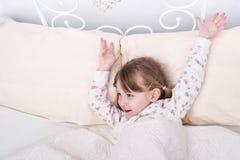 Il bambino sveglia a letto Immagine Stock