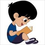 Il bambino sveglio ha letto un libro per exame Immagini Stock Libere da Diritti
