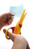 Il bambino taglia il documento Fotografia Stock