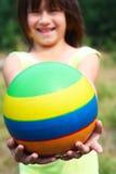 Il bambino tiene una sfera Immagini Stock Libere da Diritti