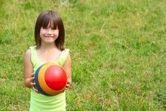 Il bambino tiene una sfera Fotografia Stock