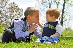 Il bambino tocca il fronte dei ragazzi fotografia stock
