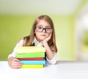 Il bambino triste impara le lezioni a casa Istruzione scolastica di scuola primaria Immagini Stock Libere da Diritti