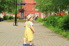 Il bambino, un ragazzino cammina sul campo da giuoco Immagine Stock Libera da Diritti