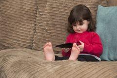 Il bambino utilizza il PC della compressa immagini stock libere da diritti