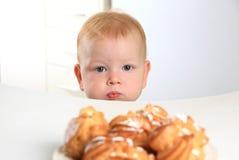 Il bambino vuole la torta Fotografia Stock Libera da Diritti