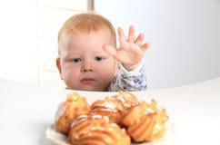 Il bambino vuole la torta Immagini Stock