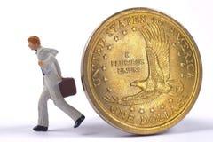 Il banchiere sta correndo a partire da una moneta del dollaro fotografia stock libera da diritti