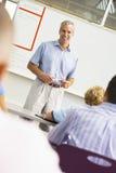 il banco dell'aula dei bambini comunica l'insegnante con Immagini Stock