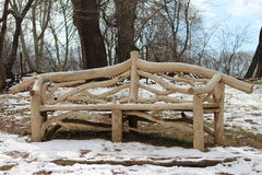 Il banco di legno nel mezzo della neve ha riempito il parco Fotografia Stock
