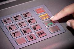 Il BANCOMAT lavora i numeri a macchina della tastiera, impostanti il codice di Pin Fotografie Stock