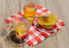 Il barattolo del miele del tiglio, del cappuccio del tè del tiglio e del tiglio fiorisce un giorno soleggiato Immagine Stock Libera da Diritti