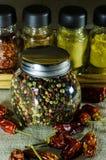 Il barattolo di interi pepe e peperoncino rosso del pepe Fotografia Stock Libera da Diritti