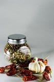 Il barattolo di pepe e del peperoncino rosso su un fondo bianco Immagine Stock Libera da Diritti