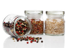 Il barattolo di vetro con i peperoni colorati si mescola, peperoncino e sale Fotografia Stock