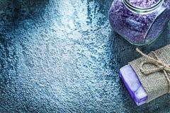 Il barattolo fatto a mano del sapone di sale marino aromatico su fondo nero guarisce Fotografia Stock Libera da Diritti