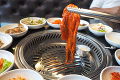 Il barbecue coreano, con l'insieme della tavola della griglia e della verdura fotografia stock