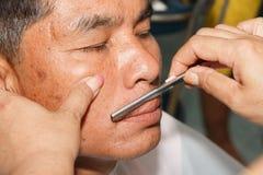 Il barbiere di rasatura degli uomini fotografia stock