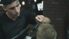 Il barbiere fa il messo in piega stock footage