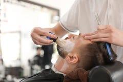 Il barbiere professionista che lavora con clien fotografia stock libera da diritti
