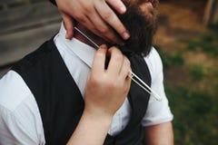 Il barbiere rade un uomo barbuto fotografie stock libere da diritti