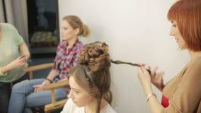 Il barbiere rende per tagliare per la donna archivi video