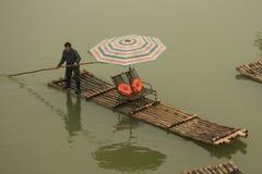 Il barcaiolo guida la zattera per i turisti a Guilin Immagine Stock Libera da Diritti