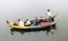 Il barcaiolo sta remando sul lago Inle, Myanmar Fotografia Stock Libera da Diritti