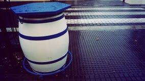 Il barile solo blu e bianco fotografia stock libera da diritti