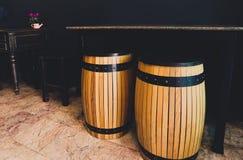 Il barilotto di legno come posto dei sedili con la tavola di marmo L'insieme delle sedie e dello scrittorio di legno antichi neri fotografia stock