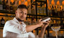 Il barista affascinante sta tenendo un agitatore immagini stock