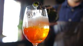 Il barista aggiunge un cocktail del champagne video d archivio