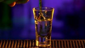 Il barista continua fare, cocktail di versamento, colpi stock footage