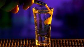 Il barista continua la fabbricazione, versante il cocktail con video d archivio