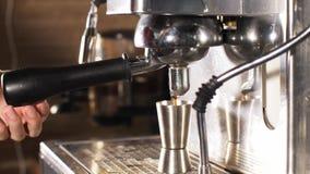 Il barista dell'uomo sta preparando il caffè sulla macchina del caffè archivi video