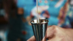 Il barista di talento è materiali di riempimento di vetro con la bevanda alcolica nella barra di notte archivi video