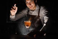 Il barista esperto sta spruzzando sul cocktail Immagine Stock Libera da Diritti